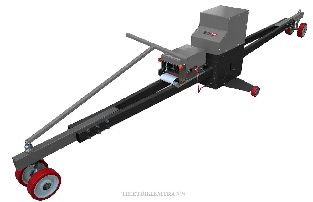 CẦN CHUYỂN ĐỘNG CÓ HỆ THỐNG IN là thiết bị dùng để kiểm tra những bất thường trong cả bê tông và bề mặt bitum. Thiết bị này dài 3 mét.
