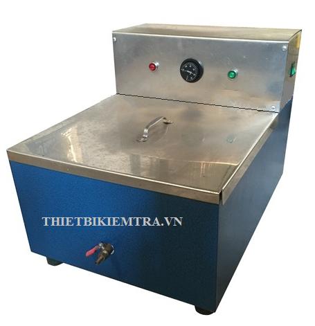 BỂ ỔN NHIỆT MARSHALL 32 LÍT - VN là thiết bị dùng để giữ mẫu Marshall trong nước tại nhiệt độ ổn định 60°C ± 1°C và mẫu nhựa đường tại nhiệt độ 37,8°C ±1°C. Dưỡng hộ mẫu trong bể ổn nhiệt Marshall đạt trạng thái thí nghiệm (Mẫu khô ở nhiệt độ 20C &60C;, mẫu bão hòa nước ở nhiệt độ 20C, mẫu bảo hòa nước 15 ngày đêm ở nhiệt độ 20C. Sau đó đưa mẫu lên máy nén Marshall cho đến khi phá hủy. Tính toán kết quả thí nghiệm.