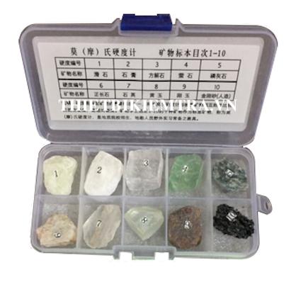 BỘ KHOÁNG CHUẨN THEO THANG MOHS Thang độ cứng Mohs đặc trưng cho tính chất chống lại vết trầy xước trên những khoáng vật khác nhau dựa trên tính chất. Khoáng vật có độ cứng lớn hơn sẽ làm trầy khoáng vật có độ cứng nhỏ hơn.