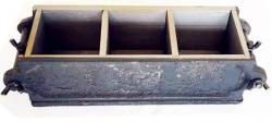 KHUÔN ĐÚC MẪU VỮA XI MĂNG 70,7MM - KÉP 3 BẰNG GANG dụng cụ dùng để đúc mẫu thí nghiệm vữa xi măng, mẫu sau khi đúc là mẫu hình lập phương có kích thước 70,7 mm, một lần đúc được 3 mẫu thí nghiệm ( một tổ mẫu). Tùy vào mục đích sử dụng khác nhau mà khuôn cũng có thể được làm bằng Thép, bằng Nhựa,.... Khuôn đúc mẫu vữa xi măng được sản xuất bằng hợp kim gang trên dây chuyền đúc công nghệ cao nên rất chính xác, bề mặt trong được gia công nhẵn bóng, dễ sử dụng, thuận tiện khi tháo lắp.