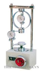 MÁY NÉN ĐẤT 1 TRỤC NỞ HÔNG là thiết bị dùng để thí nghiệm xác định sức kháng nén của mẫu đất hình trụ, có chiều cao bằng 2 lần đường kính. Lực nén dọc trục là lực duy nhất tác dụng lên mẫu, cho tới khi mẫu bị phá huỷ trong một thời gian đủ ngắn, để đảm bảo nước không thể vào hoặc ra khỏi mẫu. Máy nén đất 1 trục nở hông chỉ dùng với mẫu đất dính không nứt nẻ.