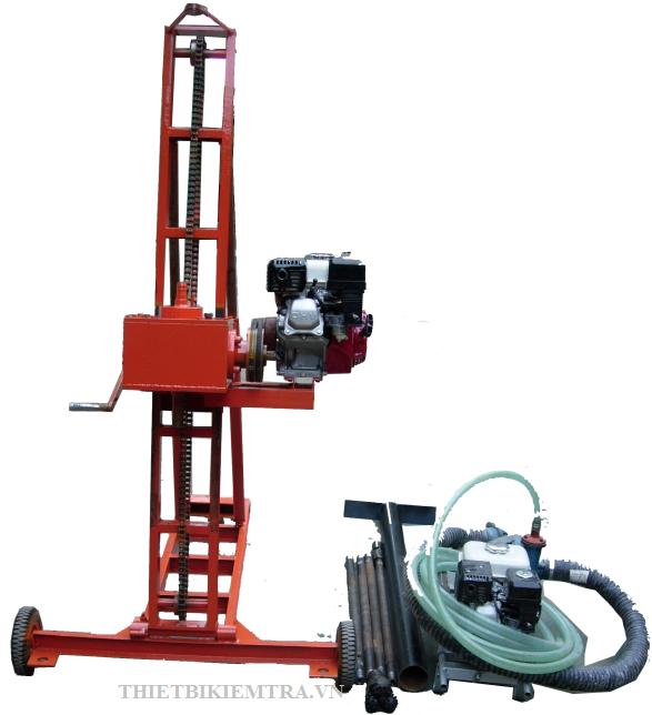 MÁY KHOAN KHẢO SÁT ĐỊA CHẤT CÔNG TRÌNH 50M Kích thước gọn nhẹ, tiện lợi và dễ sử dụng,  vận hành bằng 2 động cơ HONDA 5,5HP. Khả năng khoan thông dụng: 30m, có thể khoan tới 50m.