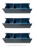 KHUÔN ĐÚC MẪU BÊ TÔNG 100x100x100MM(10x10x10CM) - KÉP 3  là dụng cụ dùng để đúc mẫu bê tông trong công tác thí nghiệm, lưu giữ và nghiên cứu,... vật liệu xây dựng trước khi đưa vào sử dụng. Viên mẫu sau khi đúc có hình lập phương, kích thước 100x100x100mm, một lần đúc được 3 mẫu.